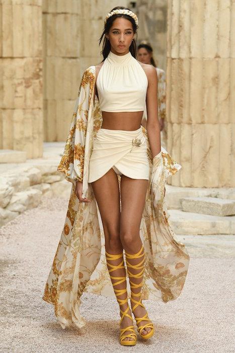 anna ewers chanel resort 2018 fashiondailymag 1